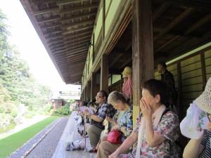 龍潭寺の庭園の説明を聞いています