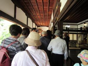 井伊家の菩提寺としての龍潭寺の説明を皆さんで聞いています